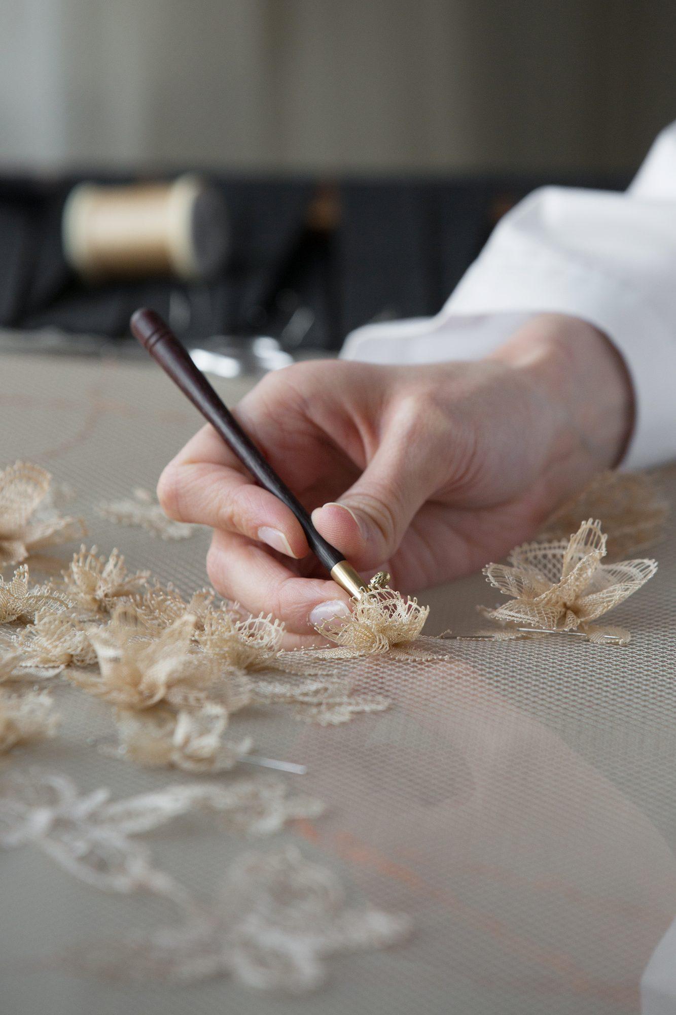 Kỹ thuật từ thế kỷ 15 có nguy cơ thất truyền trong chiếc váy của Dior - 7