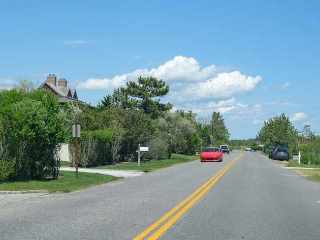 """Đại lộ Meadow ở Hamptons được mệnh danh là """"Đại lộ tỷ phú"""". Biệt danh này xuất phát từ bộ sưu tập cư dân cực kỳ giàu có trong những năm qua…"""