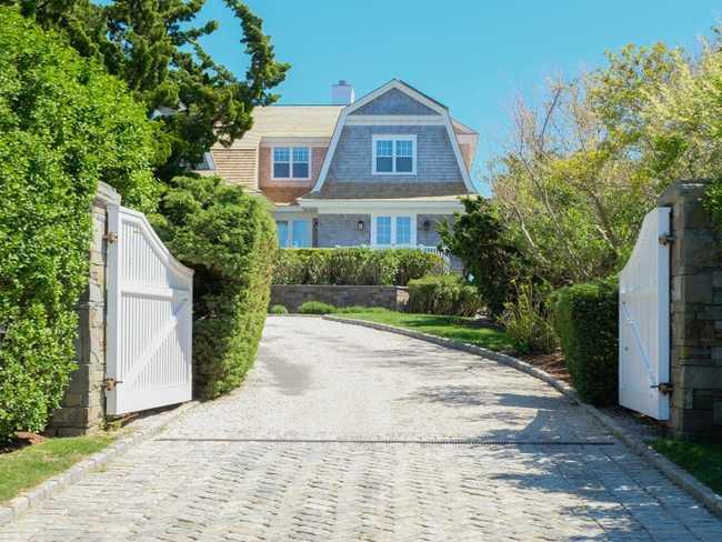 Mặc dù có nhiều phong cách khác nhau, hầu hết tất cả các ngôi nhà trên Meadow Lane đều có một số điểm chung: diện tích đất rộng lớn, quang cảnh mở rộng, hàng rào bảo mật.