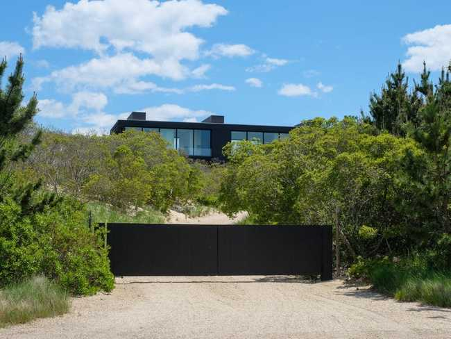 Chúng ta sẽ thoáng thấy một ngôi nhà cực kỳ hiện đại mà Calvin Klein mới bán cho tỷ phú Ken Griffin - người sở hữu ngôi nhà đắt nhất từng được bán ở Mỹ - với giá 84 triệu đô.