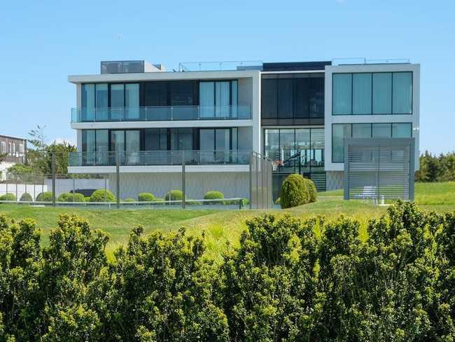 Chẳng hạn, ngôi nhà có tường bằng kính này là một trong những ngôi nhà mới nhất được xây dựng trên đại lộ này và hoàn thành vào năm ngoái.