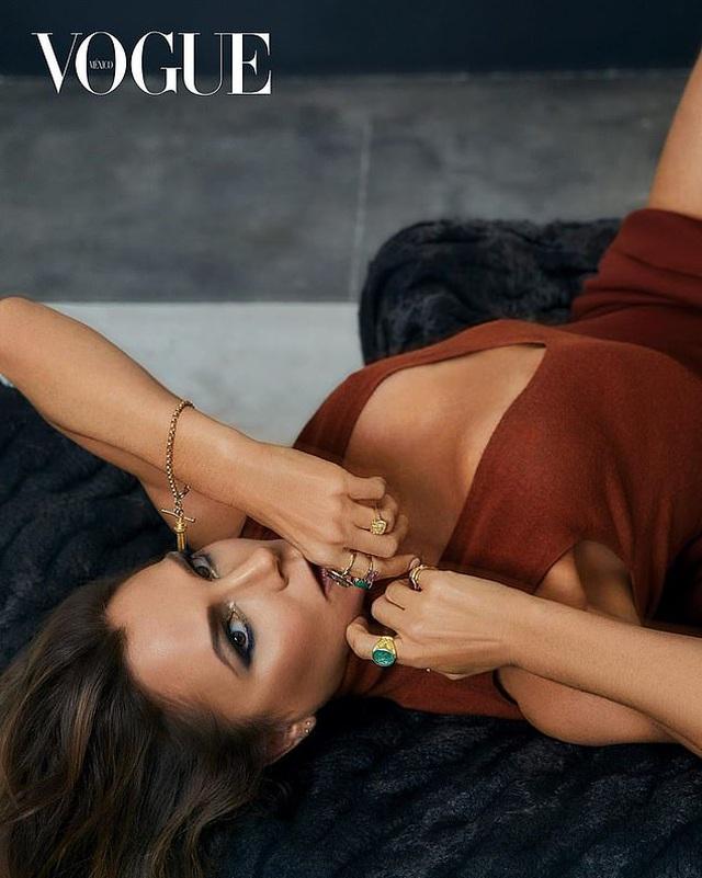 """Victoria Beckham tự tin """"thả rông"""" với sơ mi không hề phản cảm - 1"""