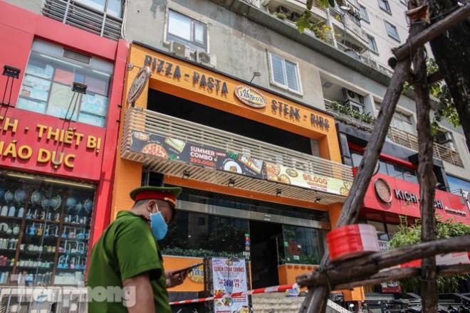 Xét nghiệm nhanh nhân viên cửa hàng Pizza có người nghi mắc COVID-19 ở Hà Nội - 1