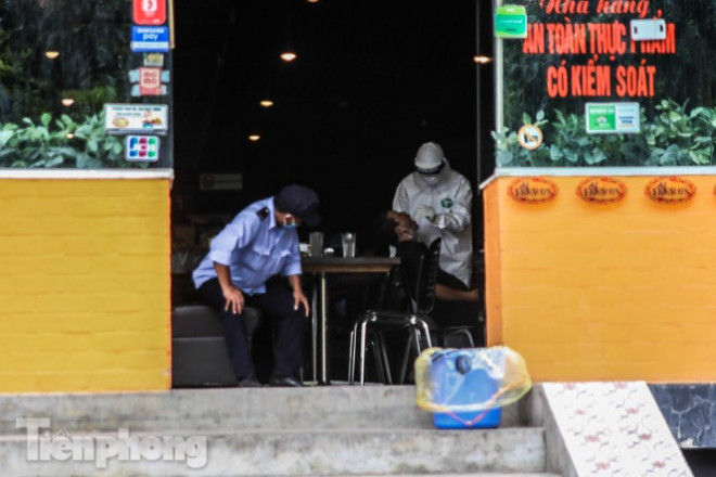Xét nghiệm nhanh nhân viên cửa hàng Pizza có người nghi mắc COVID-19 ở Hà Nội - 3