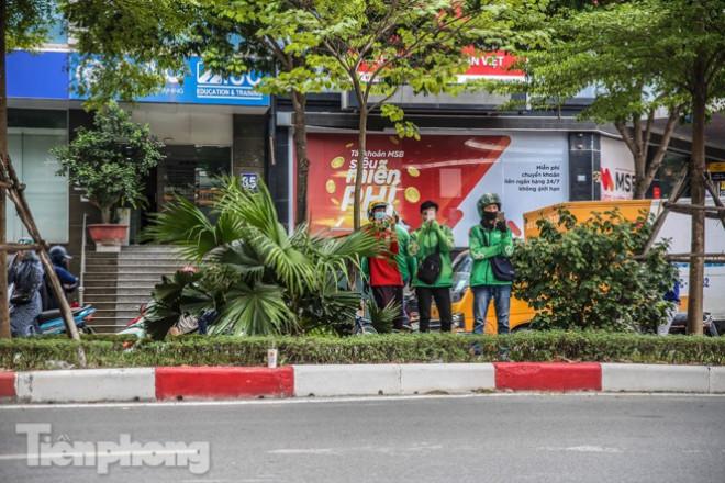 Xét nghiệm nhanh nhân viên cửa hàng Pizza có người nghi mắc COVID-19 ở Hà Nội - 5