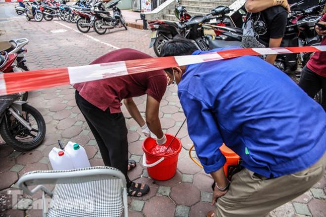 Xét nghiệm nhanh nhân viên cửa hàng Pizza có người nghi mắc COVID-19 ở Hà Nội - 7