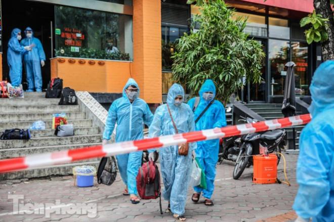 Xét nghiệm nhanh nhân viên cửa hàng Pizza có người nghi mắc COVID-19 ở Hà Nội - 9