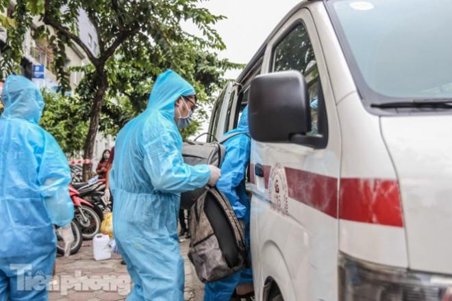 Xét nghiệm nhanh nhân viên cửa hàng Pizza có người nghi mắc COVID-19 ở Hà Nội - 10