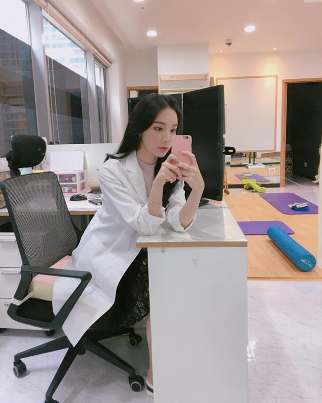Bác sĩ vật lý trị liệuJung A Yoon cũng là cái tên từng khiến nhiều người xôn xao vì ngoại hình xinh đẹp.