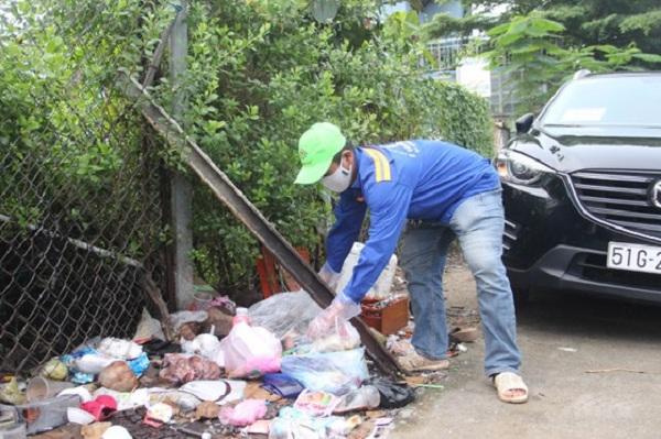Đôi vợ chồng tại TPHCM trả lại lượng lớn vàng và tiền mặt nhặt được trong lúc gom rác - 1