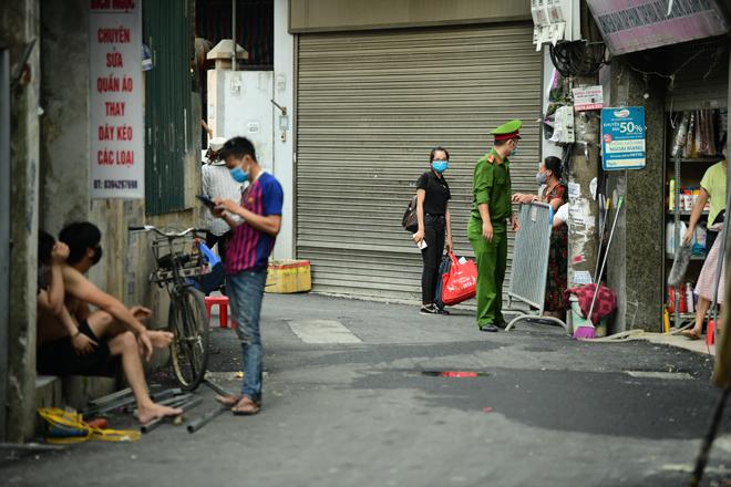 Hà Nội đưa những người tiếp xúc gần với ca 447, nhân viên cửa hàng pizza đi cách ly - 10