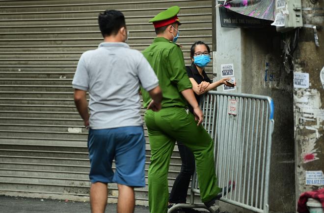 Hà Nội đưa những người tiếp xúc gần với ca 447, nhân viên cửa hàng pizza đi cách ly - 11