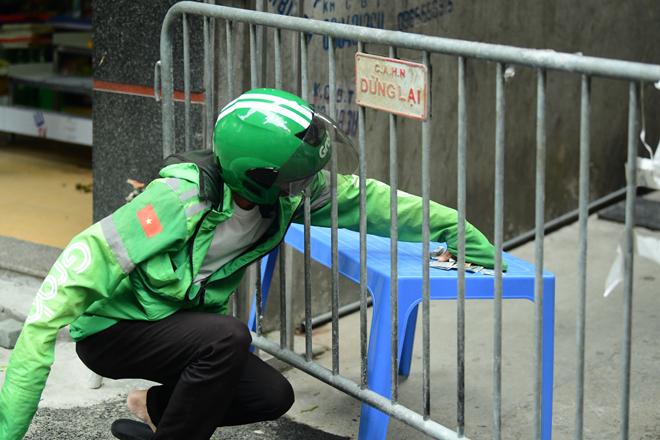 Hà Nội đưa những người tiếp xúc gần với ca 447, nhân viên cửa hàng pizza đi cách ly - 12