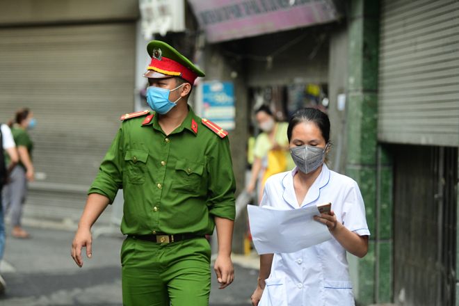 Hà Nội đưa những người tiếp xúc gần với ca 447, nhân viên cửa hàng pizza đi cách ly - 16