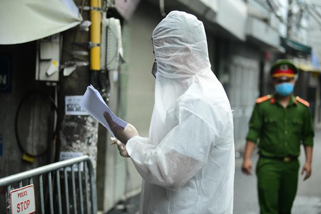 Hà Nội đưa những người tiếp xúc gần với ca 447, nhân viên cửa hàng pizza đi cách ly - 15