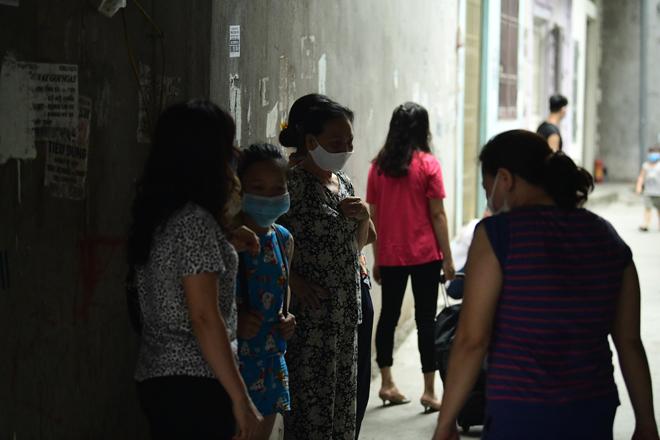 Hà Nội đưa những người tiếp xúc gần với ca 447, nhân viên cửa hàng pizza đi cách ly - 5