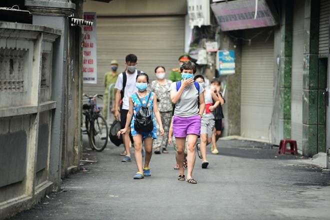 Hà Nội đưa những người tiếp xúc gần với ca 447, nhân viên cửa hàng pizza đi cách ly - 6