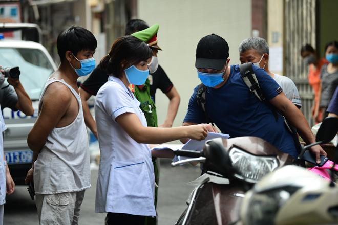 Hà Nội đưa những người tiếp xúc gần với ca 447, nhân viên cửa hàng pizza đi cách ly - 8