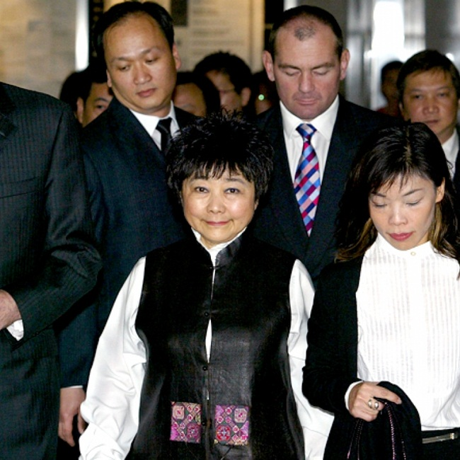 Bà Wang phát triển công ty sau khi chồng mất, sở hữu hơn 400 công ty con và sở hữu hàng trăm tòa nhà văn phòng.