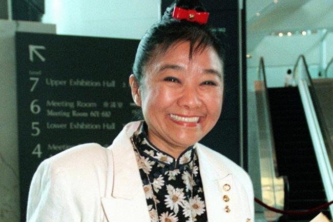 Bà là Nina Wang (sinh năm 1937, mất năm 2007, sống ở Hong Kong, Trung Quốc). Chồng bà là đại gia Teddy Wang. Theo Forbes ước tính tài sản của bà là 4,2 tỷ USD.