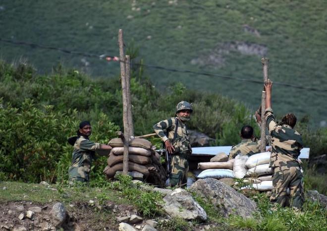 Ấn Độ điều 35.000 quân, 5 tiêm kích Rafale sát Trung Quốc - 1