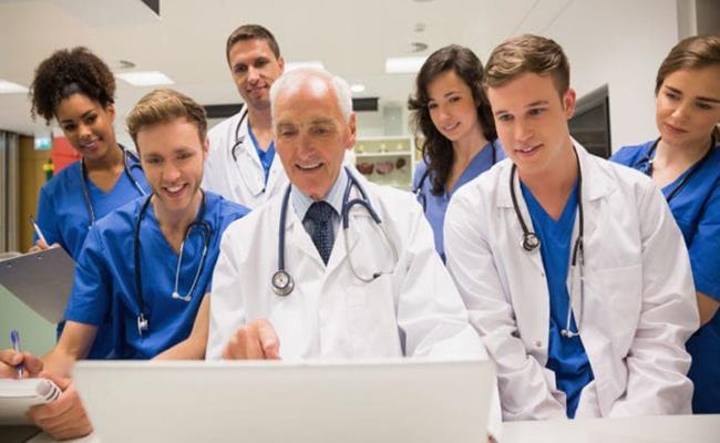 Xứ cờ hoa trả lương bác sĩ khá hậu hĩnh. Một bác sĩ chuyên khoa ở Mỹ có thể kiếm tới 230.000 USD (5,32 tỷ đồng) mỗi năm trong khi bác sĩ đa khoa được trả 161.000 (3,73 tỷ đồng).