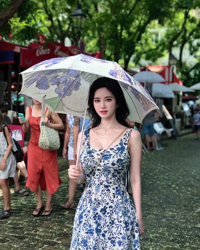 """Yuki Han nổi bật với vòng một """"khủng"""" cùng gương mặt xinh đẹp, nước da trắng hồng đẹp như búp bê."""