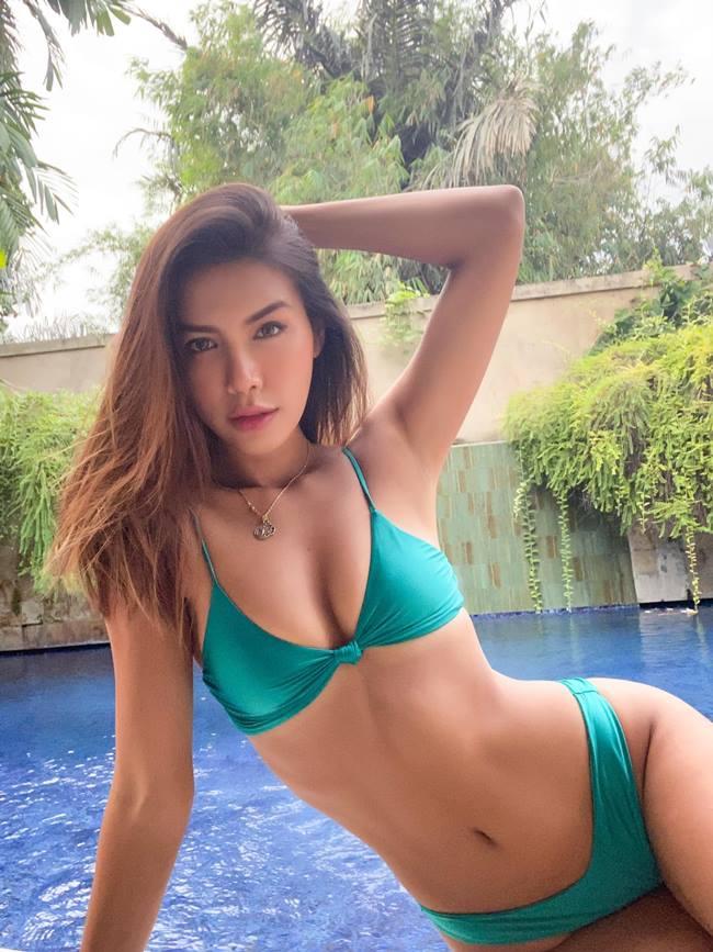 Vòng eo thon nhỏ xíu của Minh Tú chỉ bằng gang tay, được cô phô diễn đẹp mắt qua đồ bơi 2 mảnh.