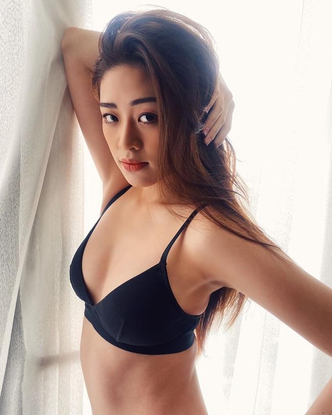 Đồng thời, Khánh Vân tiết lộ mẫu bạn trai lý tưởng của cô là một người hài hước, tình cảm và có trách nhiệm.