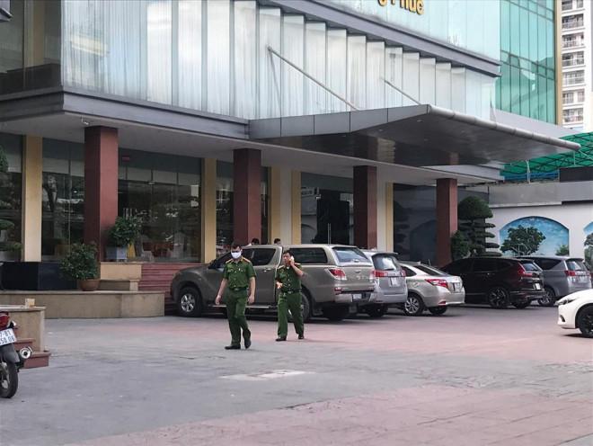 Đi cùng mẹ, bé trai 5 tuổi không may rơi từ tầng 9 khách sạn tử vong - 1