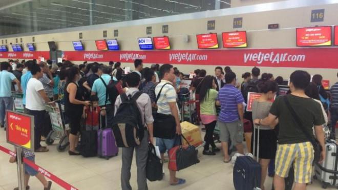 Nhổ nước bọt vào nhân viên hàng không vì ra muộn, không được bay - 1