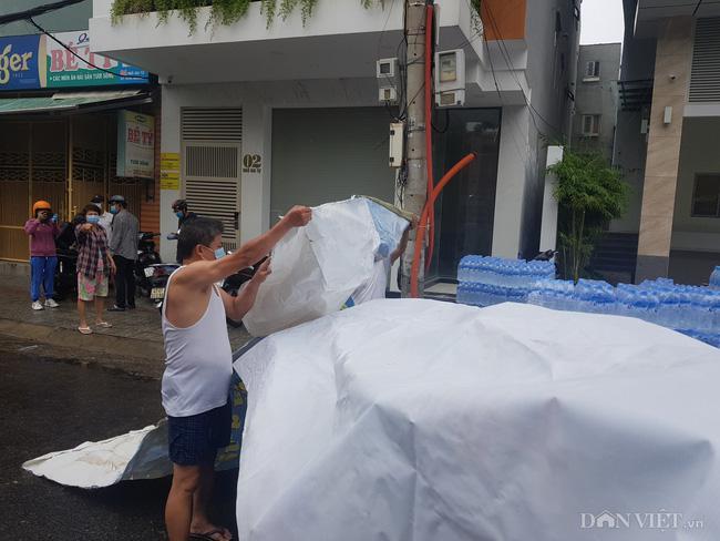 """Người dân Đà Nẵng """"đội mưa tiếp sức"""" cho """"chiến sĩ"""" tuyến đầu chống dịch Covid-19 - 2"""