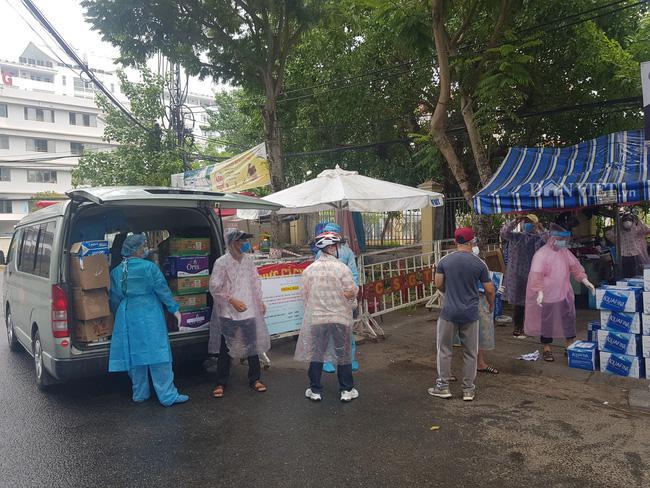 """Người dân Đà Nẵng """"đội mưa tiếp sức"""" cho """"chiến sĩ"""" tuyến đầu chống dịch Covid-19 - 9"""