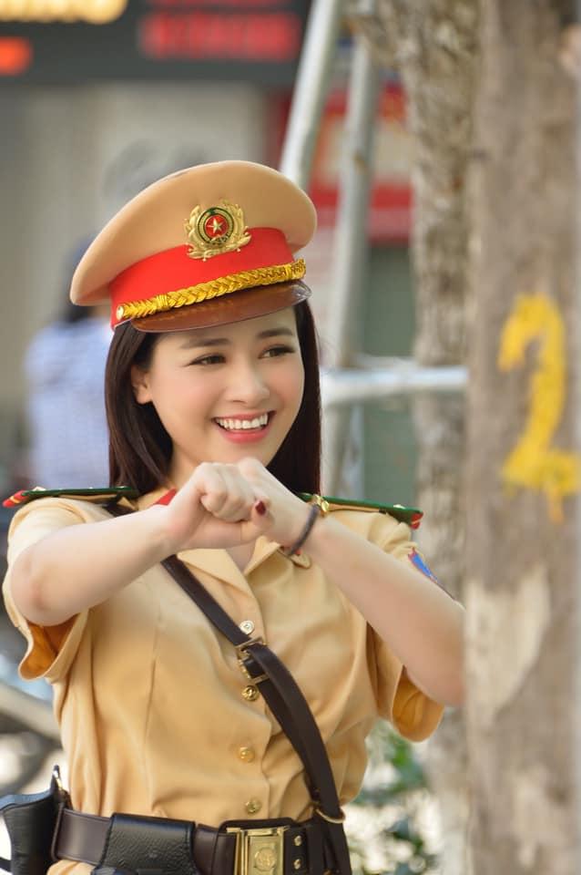 """Nữ cảnh sát giao thông xinh đẹp khiến fan nam """"tình nguyện nộp phạt"""" lộ thân thế bất ngờ - 1"""