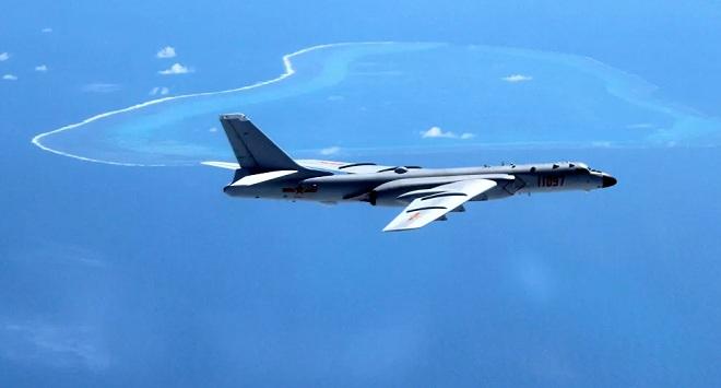 Trung Quốc đưa oanh tạc cơ chiến lược mới nhất đến Biển Đông tập trận tấn công - 1
