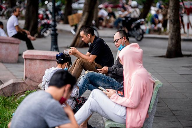 Nhiều quán nước vỉa hè tại Hà Nội vẫn hoạt động bất chấp lệnh cấm - 1