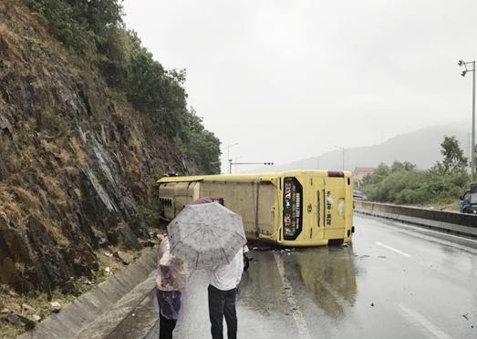 Xe khách lật sau khi đâm vào vách núi, nhiều người bị thương - 1