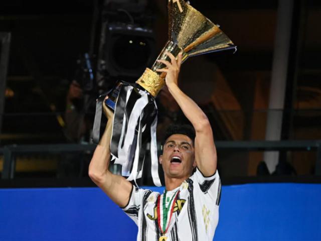 Juventus và Ronaldo nâng cúp vô địch Serie A: Hạnh phúc không trọn vẹn