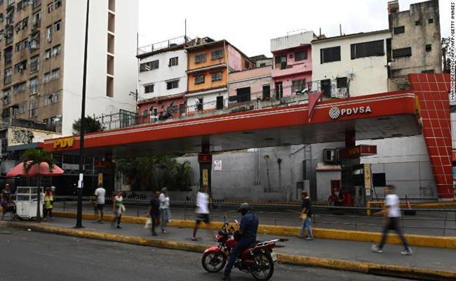 Giá xăng là một vấn đề nghiêm trọng có tính sống còn ở Venezuela. Khoảng 300 người đã thiệt mạng trong các cuộc bạo loạn năm 1989, sau khi tổng thống Venezuela khi đó ra lệnh tăng nhẹ giá xăng.