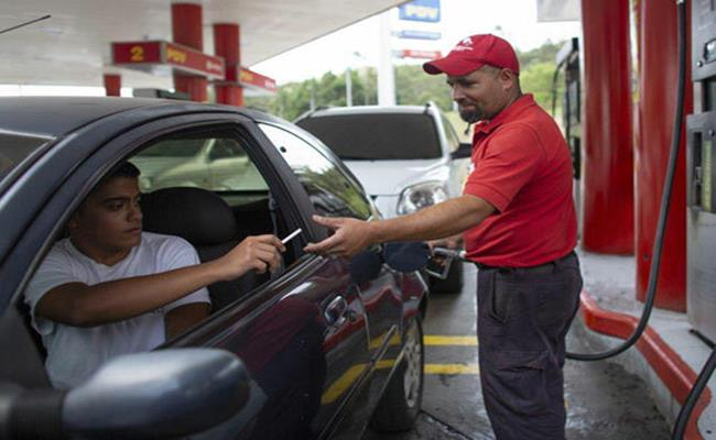 Hình thức 'hàng đổi hàng'ở các cây xăng đã diễn ra trong bối cảnh tình trạng siêu lạm phát của Venezuela khiến đồng nội tệ bolivar rớt giá thê thảm và gần như trở nên vô dụng, do vậy nhiều người không muốn nhận tiền mặt nữa.