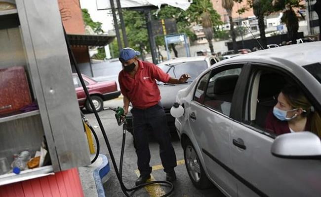 Giá xăng dầu đã xuống thấp đến độ các nhân viên bán xăng ở đây thậm chí còn chẳng biết giá niêm yết. Nhiều tài xế không có tiền còn được vẫy tay cho qua sau khi đổ xăng mà không phải trả bất cứ đồng nào.
