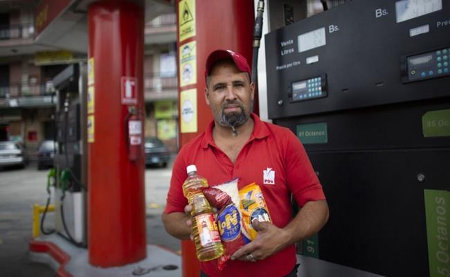 Việc đổi hàng hóa lấy xăng dầu có lẽ khiến nhiều lái xe ở nước khác ghen tị, nhưng đó lại là một trong những triệu chứng của cuộc khủng hoảng kinh tế ở Venezuela.