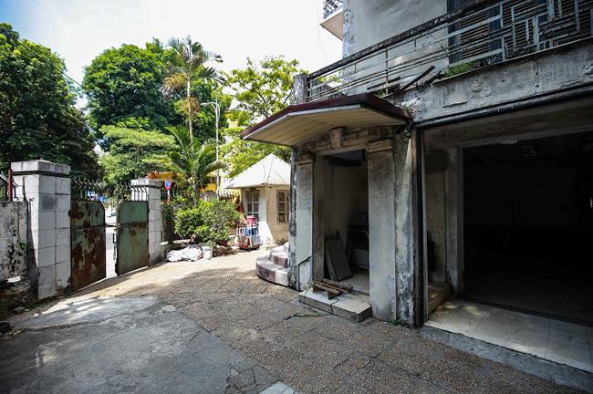 Để trông coi ngôi nhà, Vietcombank thuê một người làm bảo vệ ở đây từ những ngày đầu biệt thự bỏ trống.