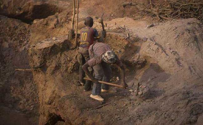 Để phát triển kinh tế, chính phủ nơi đây cho phép mọi người được quyền tự khai thác vàng. Vì vậy ở Mali, nhà nhà đào vàng, người người đào vàng. Số người tham gia vào những đội đào vàng nhiều không đếm xuể.