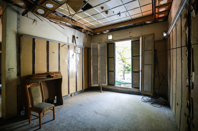Không gian các phòng đều xập xệ. Toàn bộ nội thất bị mối mọt ăn mòn.