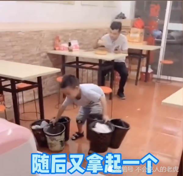 Cậu bé bê cùng lúc 6 thùng rác giúp bố mẹ và 3 điều cần chú ý khi cho trẻ làm việc nhà - 1