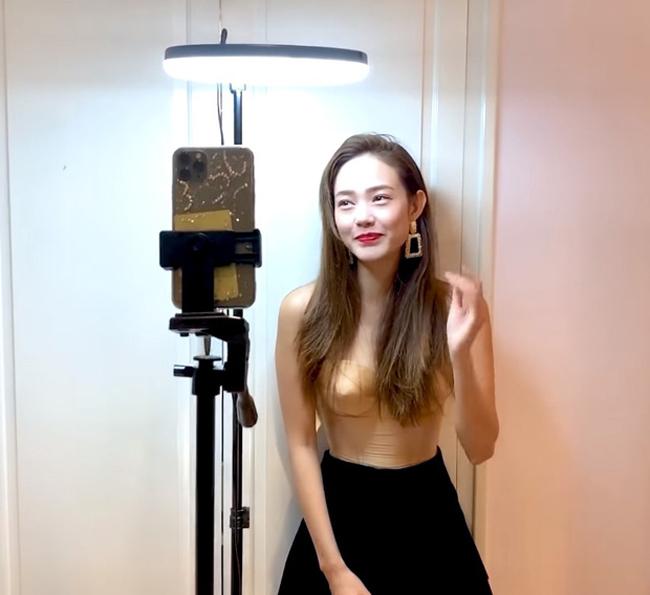 Ở nhà tránh dịch, Minh Hằng cũng không quên làm vlog cập nhật tình hình với người hâm mộ.Trong vlog quay tại nhà, côchọn diện mẫu áo cup ngực màu nude mix cùng chân váy đơn giản.