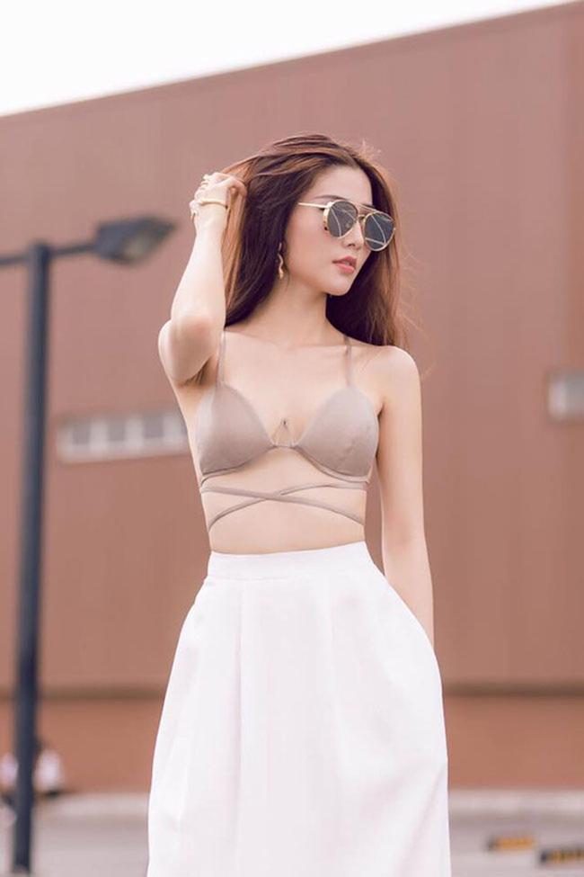 Diễm My 9x mặc bralette màu da phối váy trắng ra đường. Trông tổng thể bộ trang phục của Diễm My 9X khá thời trang, chỉ có điều dễ gây hiểu lầm cho những ai mới nhìn.
