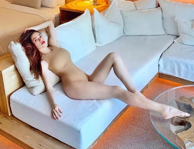 Nhờ thân hình bốc lửa, đặc biệt là khuôn ngực đầy, Hà Hồtrông rất gợi cảm khi mặc swimsuits gam màu này.