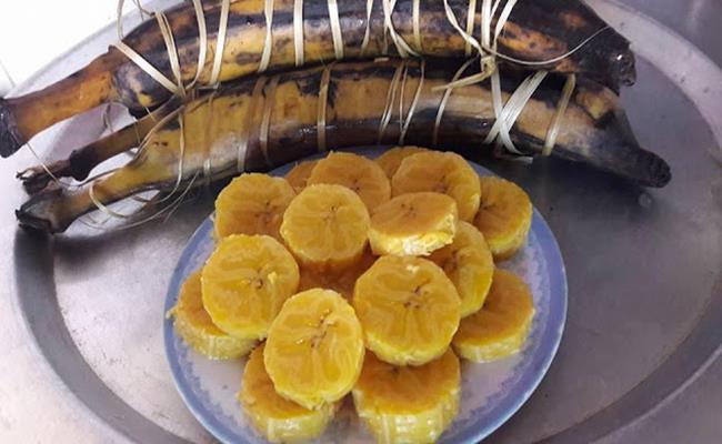 Một cửa hàng đặc sản ở TP.HCM bày bán giống chuối khổng lồ này với giá 20.000 đồng/1quả.